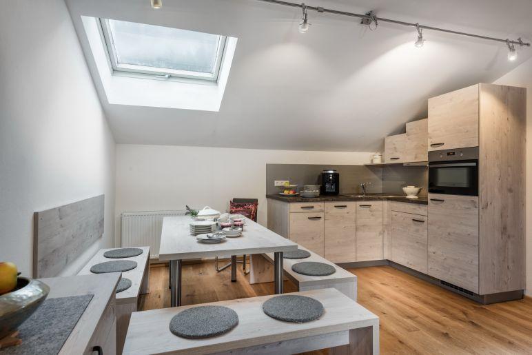 Keuken Met Dakraam : Heldere zonnige keuken met gewelfd plafond en dakramen u stockfoto